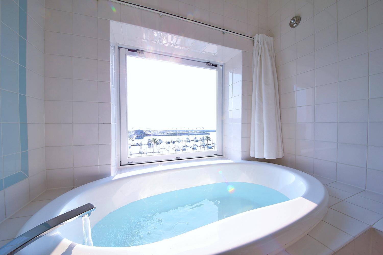 Wakayama Marina City Hotel, Ocean view bathroom.の写真